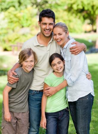 aile: Parkta mutlu aile