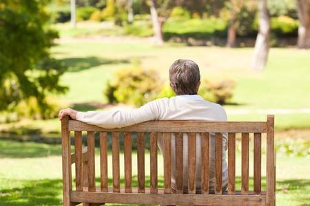 banc de parc: Senior homme sur le banc Banque d'images