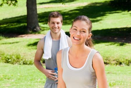 pareja saludable: Pareja en el parque Deportivo