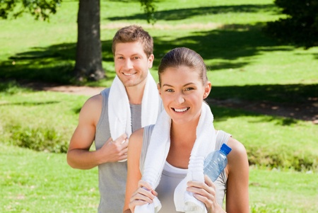 fit couple: Sporty couple in the park