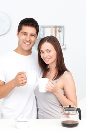 tomando café: Retrato de una pareja de beber café durante el desayuno