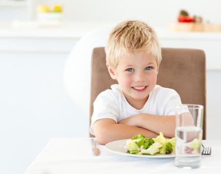 ni�os comiendo: Retrato de un chico comiendo una ensalada saludable para el almuerzo