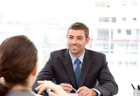 dos personas conversando: Dos hombres de negocios hablando juntos durante una reuni�n Foto de archivo