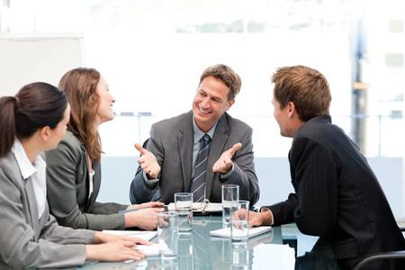 empleados trabajando: Equipo feliz riendo juntos en una reuni�n