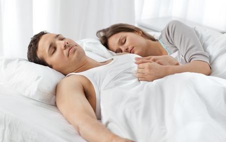 couple sleeping: Linda pareja durmiendo juntos en su cama