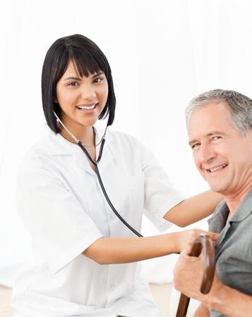 Krankenschwester mit ihren Patienten in die Kamera schaut