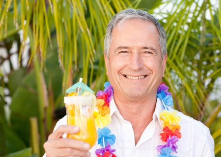 �ltere Menschen trinken einen Cocktail unter der Sonne Lizenzfreie Bilder