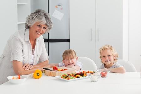 ni�os cocinando: Los ni�os que cocinan con su abuela en su casa
