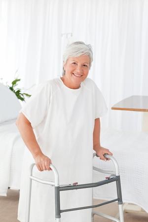 paraplegico: Senior en silla de ruedas con pastillas Foto de archivo