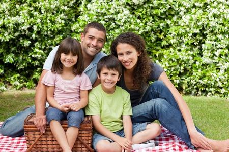 pique nique en famille: Pique-nique familial dans le jardin