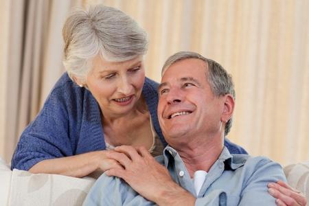 Kvinna krama sin man Stockfoto