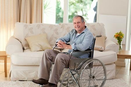 Senior Man in seinem Rollstuhl