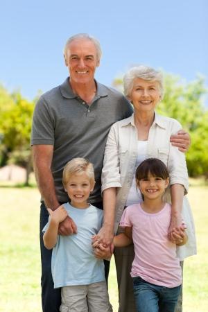 Abuelos con sus nietos en el Parque