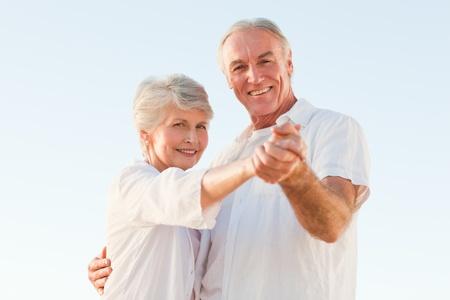 pareja bailando: Pareja de baile de Alto Nivel sobre la playa