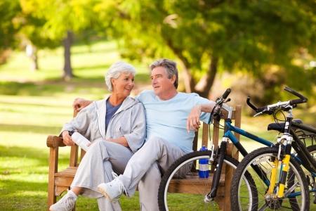 Bejaarde echtpaar met hun fietsen Stockfoto