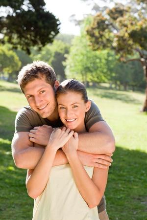 Muž objímá svou krásnou ženu Reklamní fotografie - 10195078