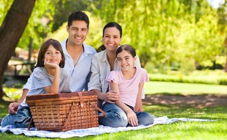pique nique en famille: Famille des aires de pique-nique dans le parc.