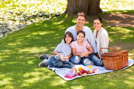 Fröhliche Familie Picknick im park Standard-Bild