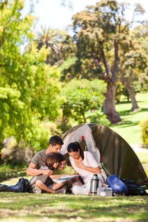 campamento de verano: Camping familiar en el parque Foto de archivo