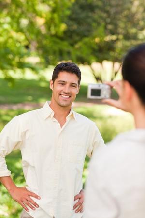 Mujer tomar una foto de su novio Foto de archivo - 10190679