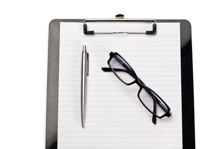 pad pen: Bloc de notas, pluma y gafas sobre un fondo blanco