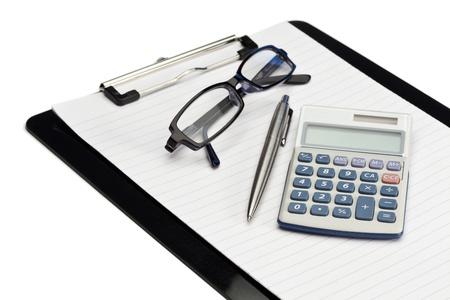 pad pen: �ngulo bloc de notas, bol�grafo, gafas y calculadora de bolsillo sobre un fondo blanco Foto de archivo