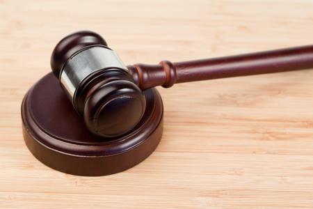 orden judicial: Martillo fijo sobre un escritorio