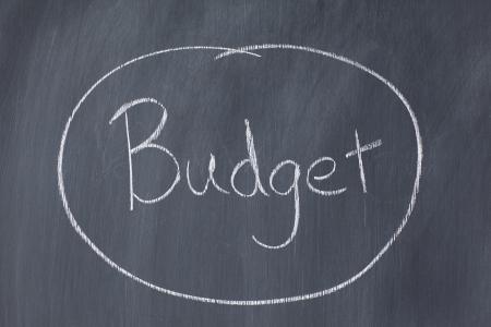 circled: La palabra presupuesto en un c�rculo en una pizarra Foto de archivo