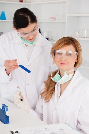 Mujeres cient�ficas con gafas de seguridad en un laboratorio Foto de archivo - 10205879