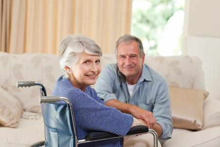 personne handicap�e: Couple mature en regardant la cam�ra