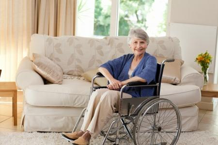 Femme à la retraite dans son fauteuil roulant Banque d'images