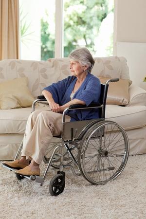 disability insurance: Pensione donna nella sua sedia a rotelle Archivio Fotografico