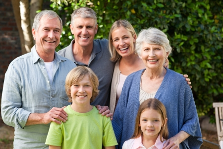 abuelos: Familia mirando la c�mara en el jard�n