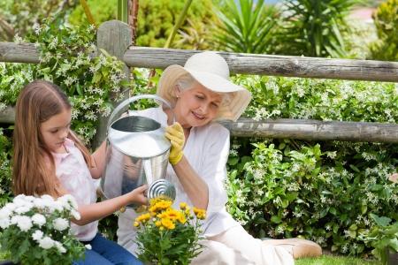 Abuela con su nieta en el jardín Foto de archivo - 10206086