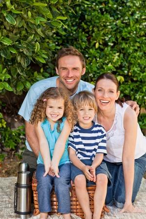 pique nique en famille: Pique-nique de famille heureuse dans le jardin