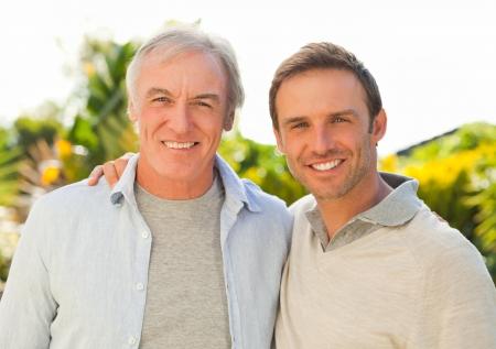 아버지와 그의 아들 정원에서 카메라를 찾고 스톡 콘텐츠
