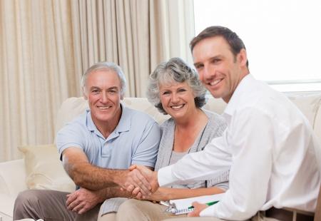vida natural: Seniors con hombre de aseguramiento mirando la cámara  Foto de archivo
