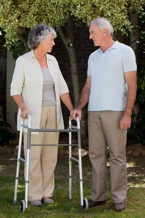 gehhilfe: Der Mensch mit seiner Frau im Garten