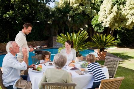 familia comiendo: Familia comiendo en el jard�n