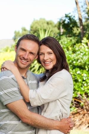 pareja abrazada: Pareja de enamorados en el jard�n