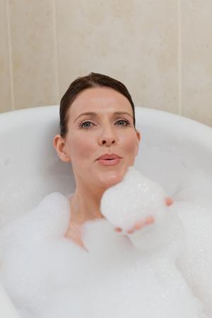 femme baignoire: Belle femme prendre un bain.