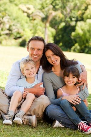 familia saludable: Familia sentada en el parque Foto de archivo