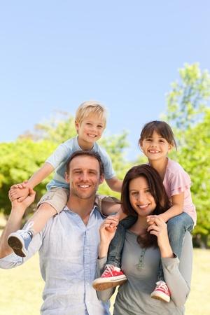 háton: A szülők így a gyermekek a háton