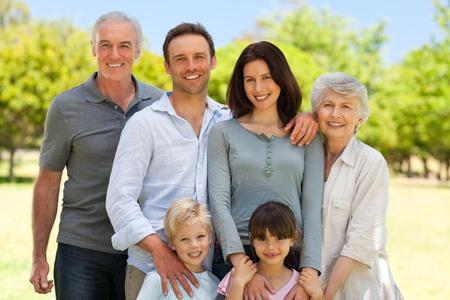 Rodina stojí v parku Reklamní fotografie - 10198172