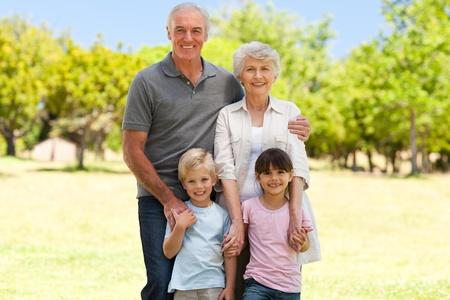 Gro�eltern mit ihren Enkeln im Park Lizenzfreie Bilder