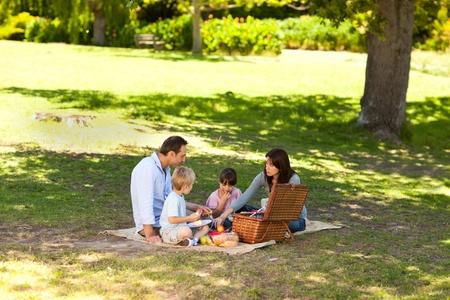 L�chelnd Familie Picknick im Park Stockfoto