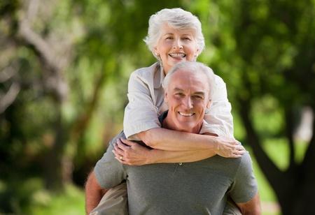 háton: Az ember feleség így a háton Stock fotó