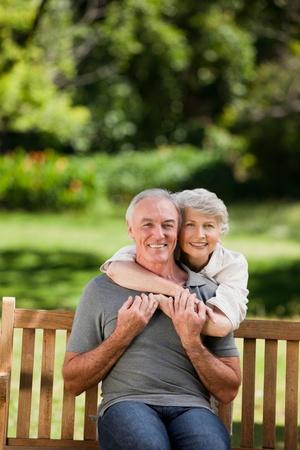 mujeres ancianas: Pareja madura abrazos en el jard�n