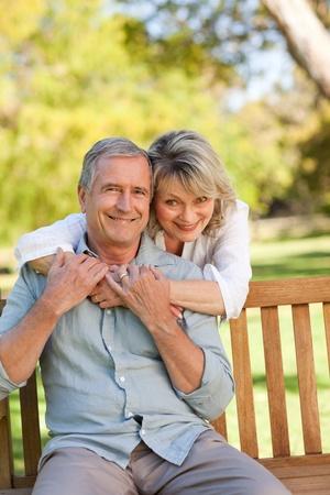 edad media: Senior mujer abrazando a su marido que est� en el banquillo