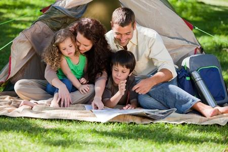 actividades recreativas: Camping familiar alegre Foto de archivo